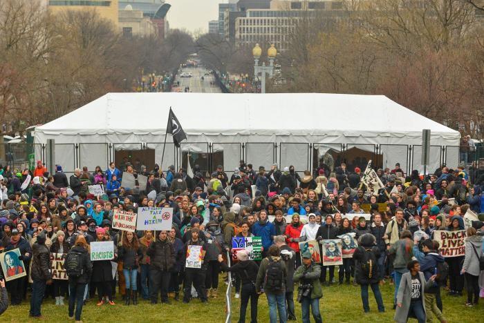 Người phản đối ông Trump bên ngoài công viên National Mall ngày 20-1. Ảnh: REUTERS