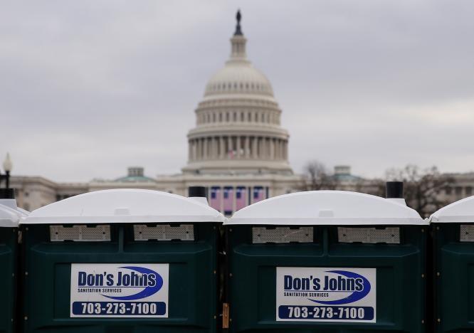 Nhà vệ sinh di động được lắp đặt gần tòa nhà Quốc hội phục vụ cho lễ nhậm chức của ông Trump, ngày 19-1. Ảnh: REUTERS