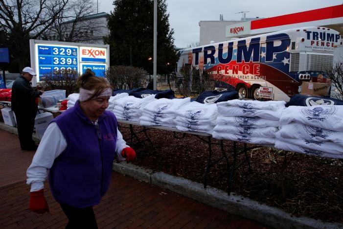 Áo và mũ được bán ở Washington phục vụ lễ nhậm chức ông Trump, ngày 19-1. Ảnh: REUTERS