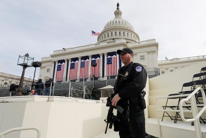 Cảnh sát canh gác trước tòa nhà Quốc hội Mỹ ở Washington, nơi sẽ diễn ra lễ nhậm chức tổng thống của ông Donald Trump ngày 20-1. Ảnh: REUTERS