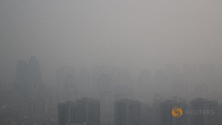 Các tòa nhà chìm trong khói bụi ở Bắc Kinh trong ngày 6-1-2017. Ảnh: REUTERS