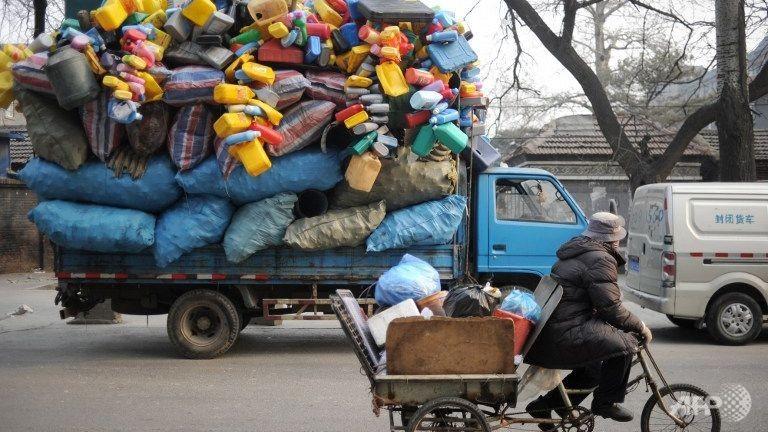 Việc phân loại rác trước khi xử lý sẽ giúp quá trình đốt, chôn hay tái chế rác được hiệu quả. Ảnh: AFP