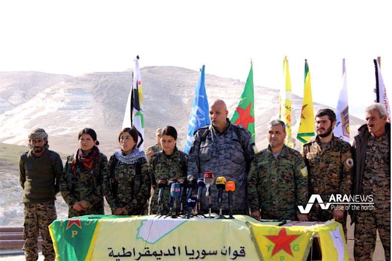 Các lãnh đạo lực lượng tay súng người Kurd ở Syria (SDF) trong một cuộc họp báo ở Rakka (Syria). Ảnh: ARA NEWS