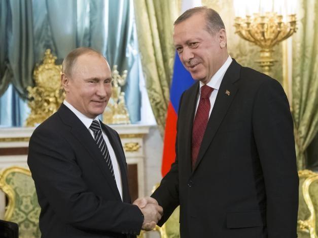 Tổng thống Nga Vladimir Putin (trái) và Tổng thống Thổ Nhĩ Kỳ Tayyip Erdogan trong cuộc gặp ở Moscow (Nga) ngày 10-3. Ảnh: REUTERS