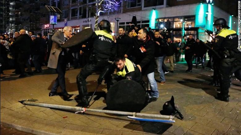 Người Thổ ủng hộ ông Erdogan biểu tình và xung đột với cảnh sát trước lãnh sự quán Thổ ở Rotterdam (Hà Lan) tối 11-3. Ảnh: CNN