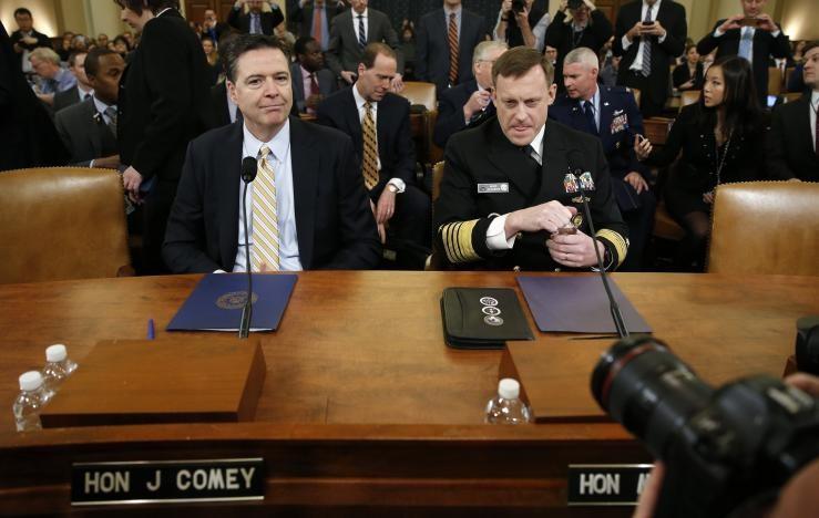 Giám đốc FBI James Comey (trái) và Giám đốc Cơ quan Tình báo Quốc gia Mike Rogers điều trần trước Ủy ban Tình báo Hạ viện ngày 20-3. Ảnh: REUTERS