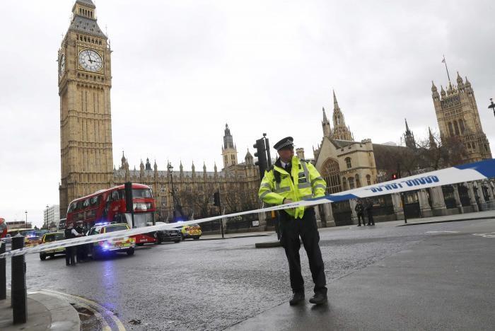 Cảnh sát phong tỏa hiện trường tại trụ sở Quốc hội Anh ngày 22-3. Ảnh: REUTERS