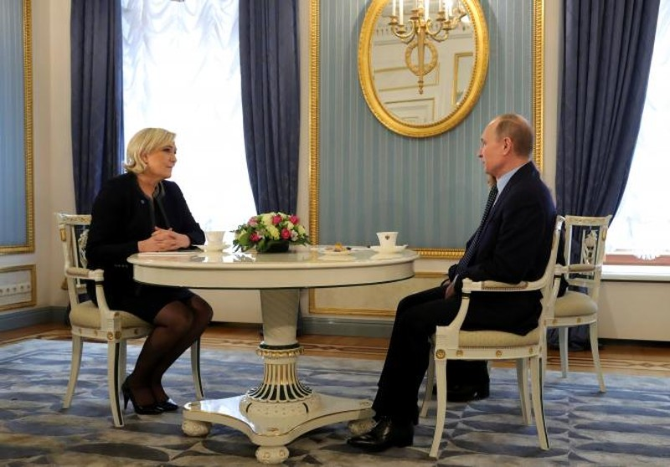 Ứng viên tổng thống cực hữu Pháp Marine Le Pen (trái) hội kiến Tổng thống Nga Vladimir Putin tại Moscow (Nga) ngày 24-3. Ảnh: REUTERS