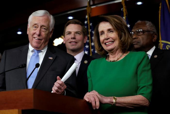 Lãnh đạo phe thiểu số Dân chủ Nancy Pelosi (phải) và các thành viên Dân chủ họp báo trong phấn khởi sau khi dự luật bảo hiểm y tế thay thế Obamacare bị Hạ viện hủy bỏ phiếu, ngày 24-3. Ảnh: REUTERS