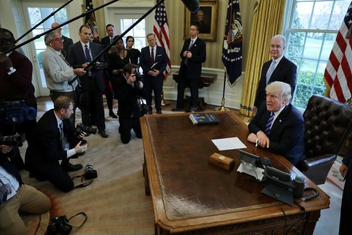Vẻ mặt khó coi của Tổng thống Donald Trump khi họp báo tại Nhà Trắng sau khi dự luật bảo hiểm y tế của ông bị Hạ viện hủy bỏ phiếu, ngày 24-3. Ảnh: REUTERS