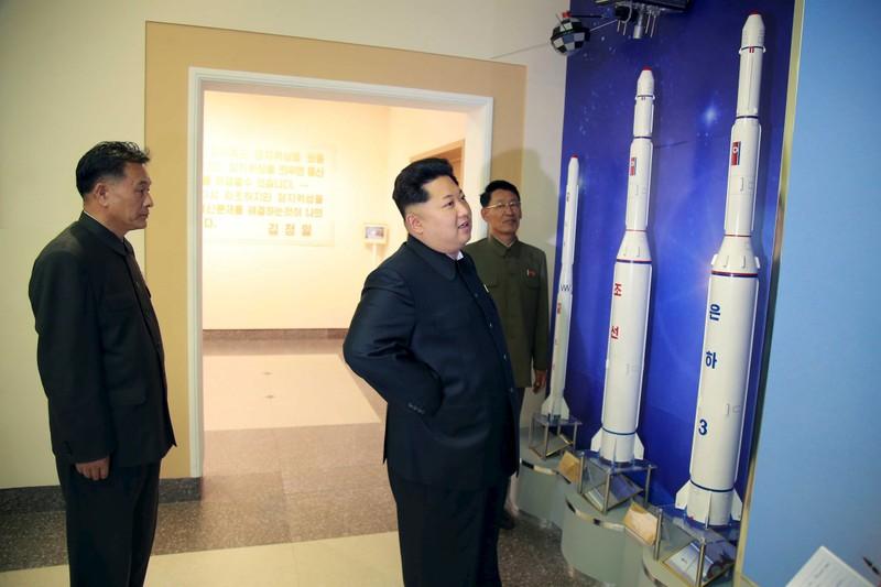 Lãnh đạo Triều Tiên Kim Jong-un (phải) thị sát Trung tâm Chỉ huy và Kiểm soát Phát triển Không gian vệ tinh quốc gia. Ảnh: KCNA công bố ngày 3-5-2015.