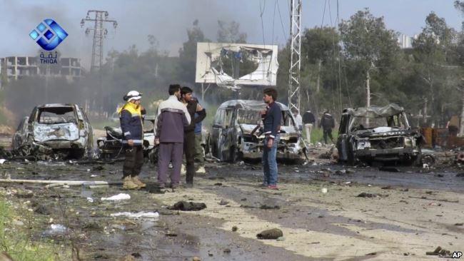 Cảnh tang thương trong vụ đánh bom ngoài Aleppo ngày 15-4 làm 126 người chết. Ảnh: AP