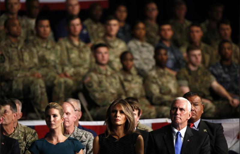 (Từ trái sang): Cô Ivanka Trump, Đệ nhất phu nhân Melania Trump, Phó Tổng thống Mike Pence nghe Tổng thống Trump thông báo chính sách Afghanistan tại căn cứ Myer-Henderson Hall, Virginia (Mỹ) đêm 21-8. Ảnh: REUTERS