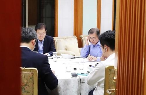 Tổng thống Hàn Quốc Moon Jae-in (thứ hai bên phải) điện đàm với Tổng thống Mỹ Donald Trump về Triều Tiên ngày 1-9. Ảnh: REUTERS