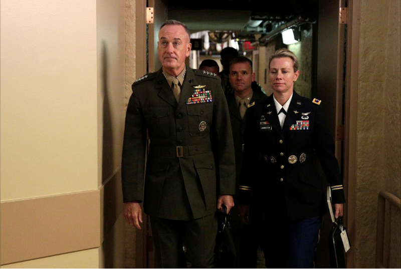 Chủ tịch Hội đồng Tham mưu trưởng quân đội Mỹ Joseph Dunford (trái) sau cuộc điều trần ngày 6-9. Ảnh: REUTERS
