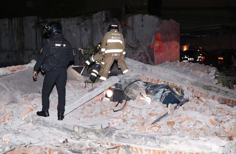 Khẩn trương cứu hộ động đất ở miền nam Mexico khuya 7-9. Ảnh: AFP