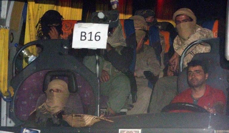 Phần tử IS trên một xe buýt ở vùng Qalamoun (Syria) từ ngày 28-8. Ảnh: AFP