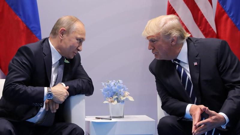 Ông Putin (trái) từng gửi đề xuất làm lành đến ông Trump nhưng chỉ nhận lại sự im lặng. Ảnh: DAILY BEAST