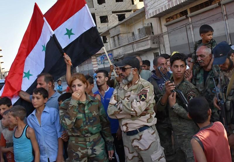 Trung Tướng Issam Zahreddine của quân đội Syria (giữa) và người dân TP Deir ez-Zour ngày 10-9. Ảnh: GETTY IMAGES