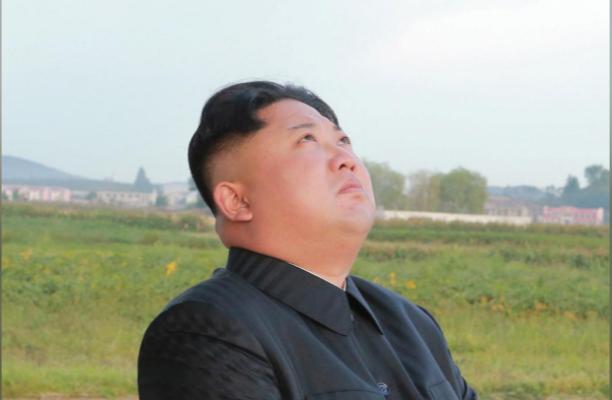 Lãnh đạo Triều Tiên Kim Jong-un quan sát vụ phóng tên lửa Hwasong-12 ngày 15-9. Ảnh: KCNA công bố ngày 16-9