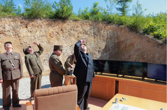 Lãnh đạo Triều Tiên Kim Jong-un trong một lần thử tên lửa đạn đạo xuyên lục địa (ICBM) Hwasong-14. Ảnh: KCNA công bố ngày 5-7.