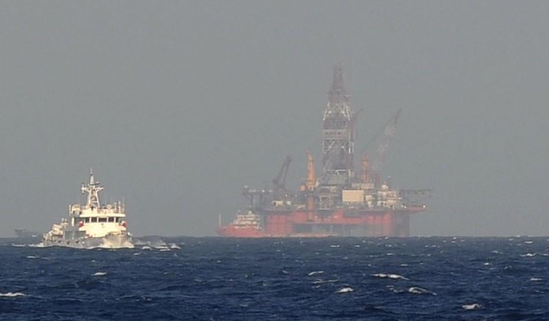 Tàu bảo vệ bờ biển Trung Quốc gần một giàn khoan dầu của Trung Quốc trên biển Đông. Ảnh: AFP