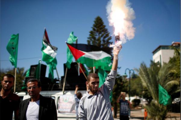 Dân Palestine ở dải Gaza ăn mừng thỏa thuận hòa giải giữa Hamas và Fatah. Ảnh: REUTERS