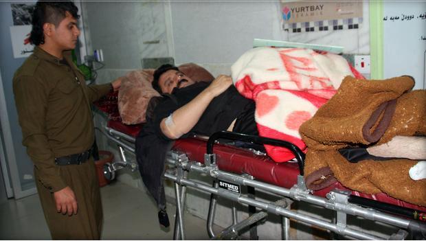 Nạn nhân động đất được đưa về bệnh viện tỉnh Sulaimaniyah thuộc vùng tự trị người Kurd ở Iraq ngày 12-11. Ảnh: AFP