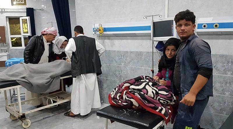 Nạn nhân động đất được đưa về bệnh viện tỉnh Kirkuk sát vùng tự trị người Kurd ở Iraq ngày 12-11. Ảnh: AFP