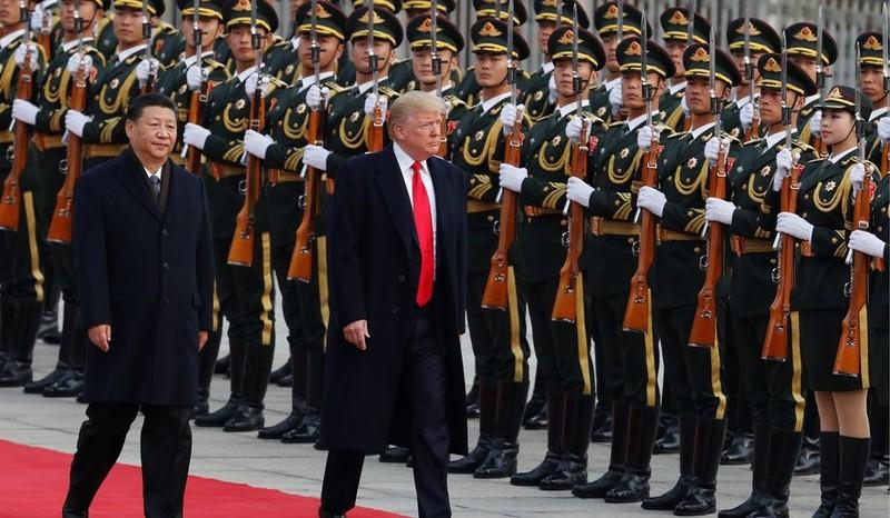 Tổng thống Mỹ Donald Trump (phải) được Chủ tịch Trung Quốc Tập Cận Bình đón tiếp trong chuyến thăm Trung Quốc đầu tháng này. Ảnh: AP