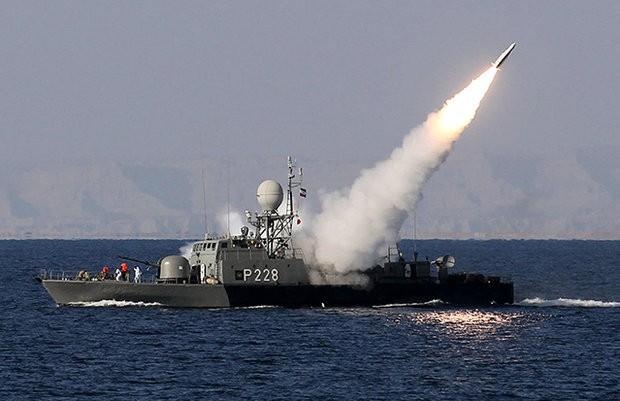 Tàu chiến Iran bắn tên lửa ở Vịnh Persian. Ảnh: AP