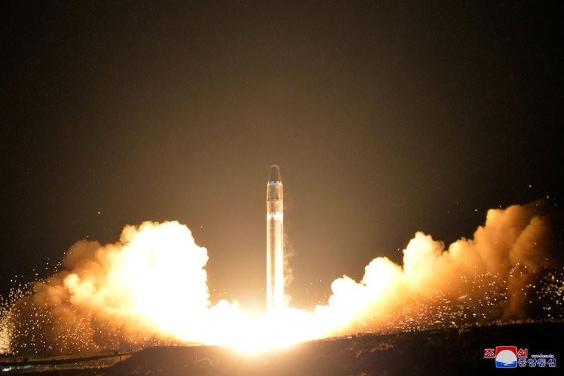 Tên lửa ICBM Hwasong-15 được phóng thành công sáng sớm 29-11. Ảnh: KCNA