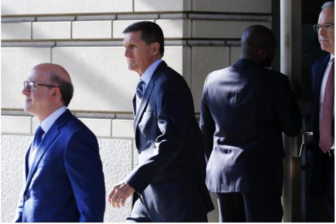Ông Michael Flynn (giữa), cựu Cố vấn An ninh Quốc gia Mỹ rời tòa án liên bang Washington ngày 1-12. Ảnh: REUTERS