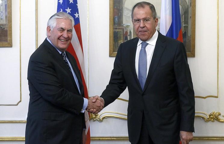 Ngoại trưởng Mỹ Rex Tillerson (trái) và Ngoại trưởng Nga Sergei Lavrov gặp nhau tại Vienna (Áo) ngày 7-12. Ảnh: TASS