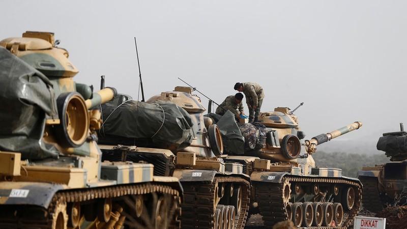Xe tăng Thổ Nhĩ Kỳ tiến vào TP Afrin (Syria) ngày 22-1. Ảnh: REUTERS