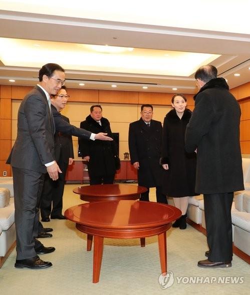 (Từ phải sang) Ông Kim Yong-nam, bà Kim Yo-jong và 2 quan chức Triều Tiên khác trong cuộc gặp ngắn với Bộ trưởng Bộ Thống nhất Hàn Quốc Cho Myoung-gyon (thứ hai từ trái sang) và các quan chức cấp cao Hàn Quốc tại sân bay quốc tế Incheon ở Seoul (Hàn Quốc) trưa ngày 9-2. Ảnh: YONHAP