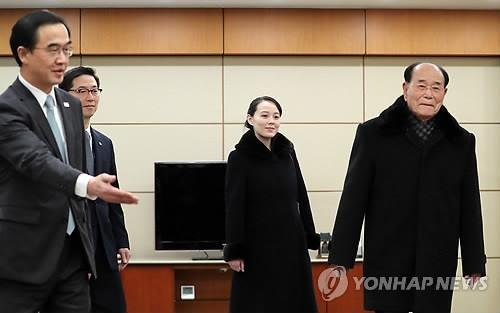 (Từ phải sang): Ông Kim Yong-nam, Chủ tịch Đoàn Chủ tịch Hội nghị Nhân dân Tối cao Triều Tiên, bà Kim Yo-jong, em gái lãnh đạo Triều Tiên, được Bộ trưởng Bộ Thống nhất Hàn Quốc Cho Myoung-gyon (trái) đón tiếp tại sân bay quốc tế Incheon ở Seoul (Hàn Quốc) trưa ngày 9-2. Ảnh: YONHAP