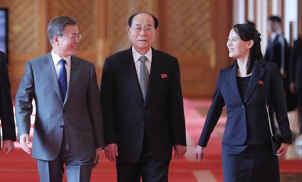Tổng thống Moon Jae-in (trái) trao đổi với bà Kim Yo-jong (phải) và ông Kim Yong-nam (giữa) trên đường đến phòng tiệc trưa ở Nhà Xanh sau cuộc gặp sáng 10-2. Ảnh: YONHAP