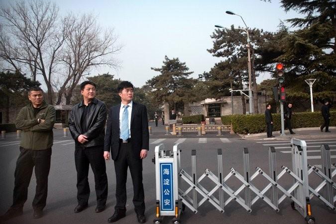 Nhân viên an ninh trước nhà khách Điếu Ngư Đài ở Bắc Kinh, nơi phái đoàn Triều Tiên ở trong thời gian thăm Trung Quốc. Ảnh: AP