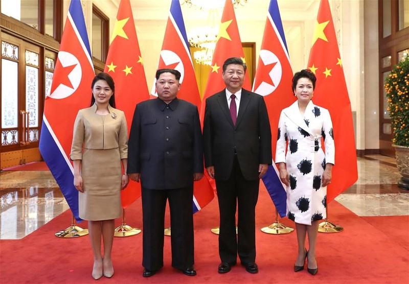 Vợ chồng Chủ tịch Trung Quốc Tập Cận Bình (phải) chụp hình lưu niệm cùng vợ chồng lãnh đạo Triều Tiên Kim Jong-un tại Đại lễ đường nhân dân Bắc Kinh. Ảnh: THX