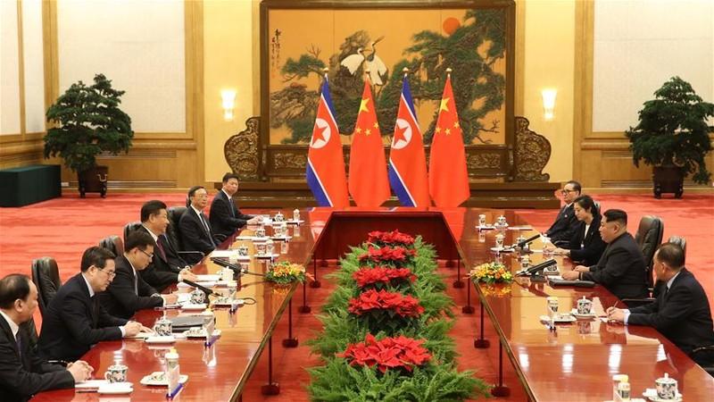 Phái đoàn Trung Quốc (trái) do Chủ tịch Tập Cận Bình dẫn đầu tiếp phái đoàn Triều Tiên do lãnh đạo Kim Jong-un dẫn đầu tại Đại lễ đường nhân dân Bắc Kinh. Ảnh: THX