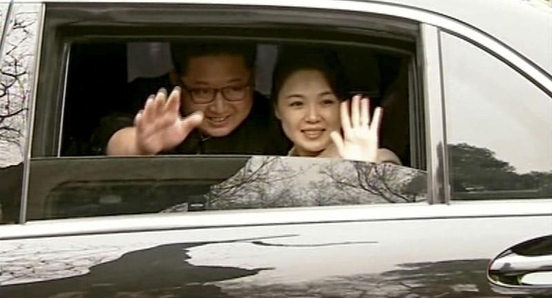 Vợ chồng lãnh đạo Triều Tiên Kim Jong-un vẫy tay tạm biệt vợ chồng Chủ tịch Trung Quốc Tập Cận Bình sau cuộc gặp tại Bắc Kinh (Trung Quốc). Ảnh: AP
