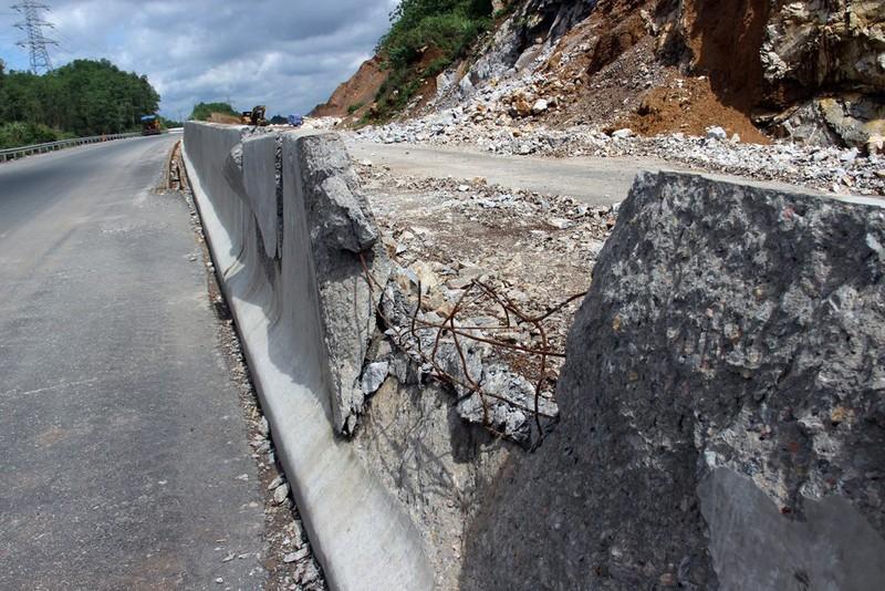Cận cảnh cao tốc Hạ Long-Vân Đồn sạt lở sau mưa - ảnh 3