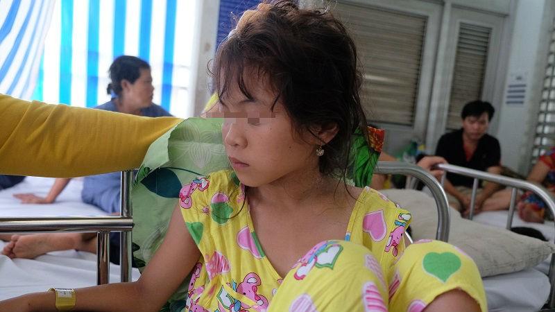 Bé gái 10 tuổi thất thần sau tai nạn mất 3 người thân - ảnh 1