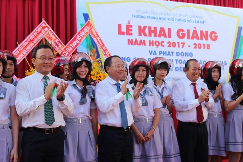 Phó Thủ tướng Trương Hòa Bình đội mũ bảo hiểm cho HS - ảnh 6