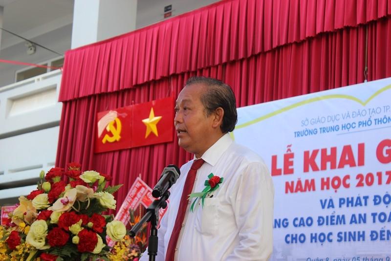 Phó Thủ tướng Trương Hòa Bình đội mũ bảo hiểm cho HS - ảnh 3