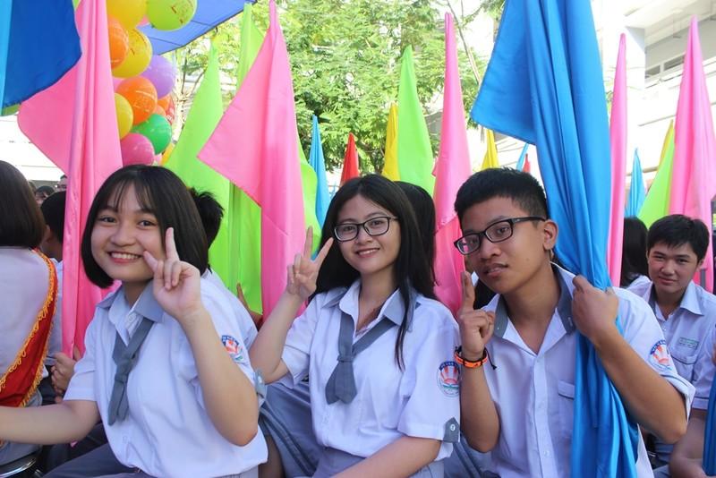 Phó Thủ tướng Trương Hòa Bình đội mũ bảo hiểm cho HS - ảnh 5