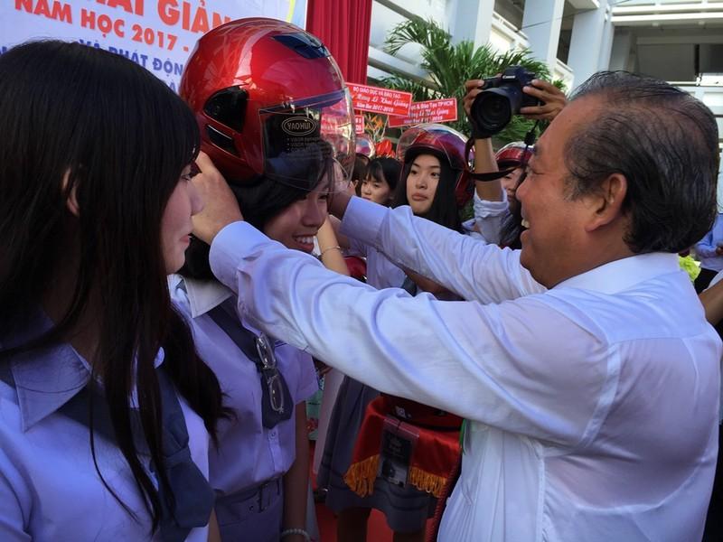 Phó Thủ tướng Trương Hòa Bình đội mũ bảo hiểm cho HS - ảnh 4