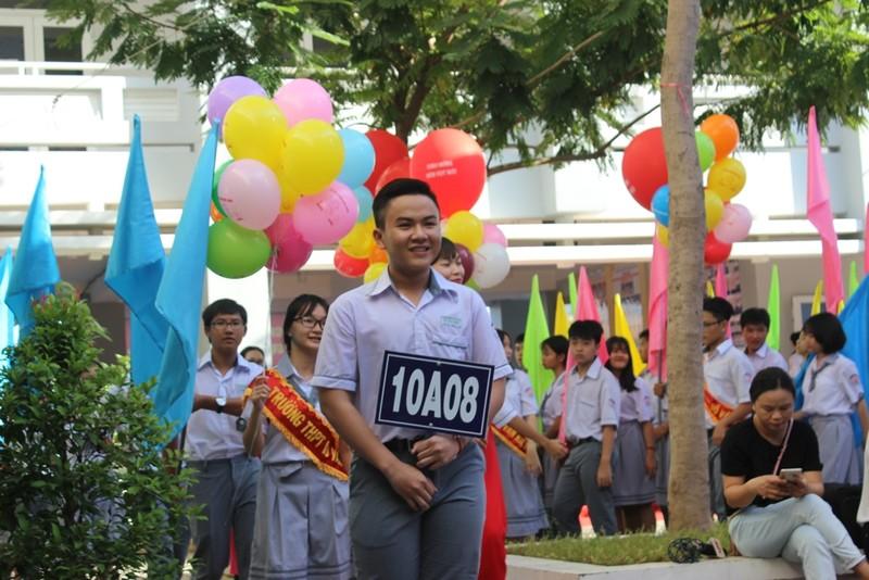 Phó Thủ tướng Trương Hòa Bình đội mũ bảo hiểm cho HS - ảnh 1