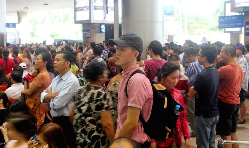 Sân bay Tân Sơn Nhất chiều cuối năm đông nghẹt - ảnh 5